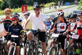 Piotr Grzymowicz, prezydent Olsztyna na starcie młodziezowego wyścigu rowerowego Mazovia MTB