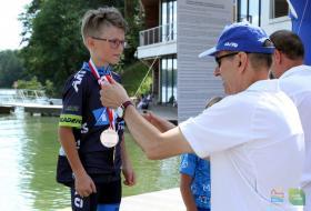 Piotr Grzymowicz, przezydent Olsztyna  wręcza medale w młodzieżowych zawodach Mazovia 2017