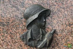 Symbol powstańca na pomniku Bohaterom Powstania warszawskiego